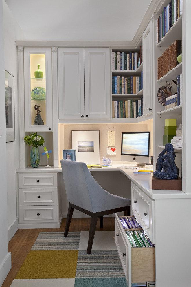 Рабочий стол может быть любым, но желательно, чтобы его объём не превышал 40% рабочего пространства мини-кабинета.