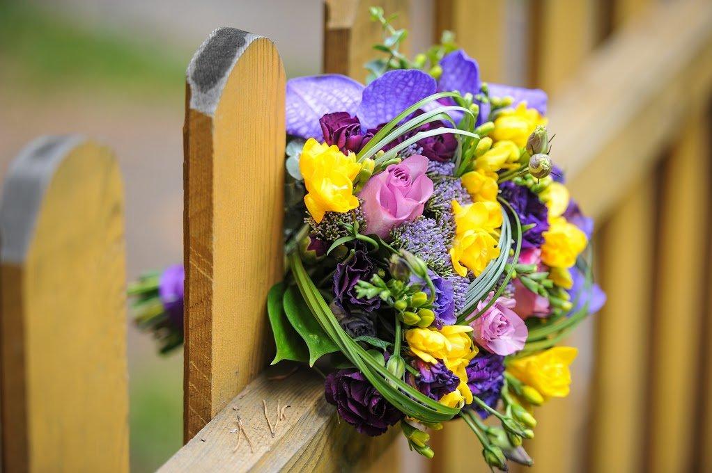 Доставка конаково, букет из фиолетовых и желтых цветов