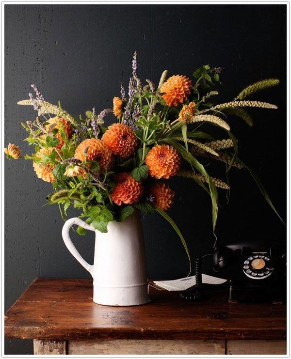 Осенние цветы в кувшине
