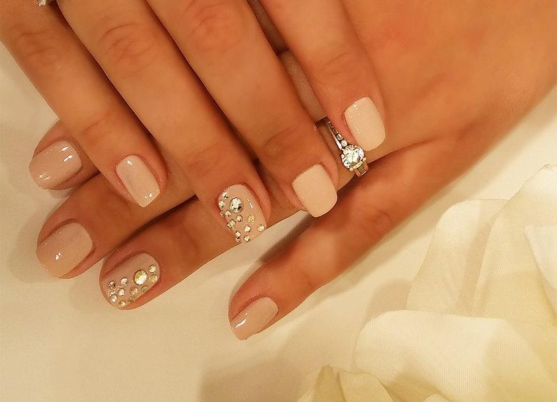 Маникюр с камнями на короткие ногти фото