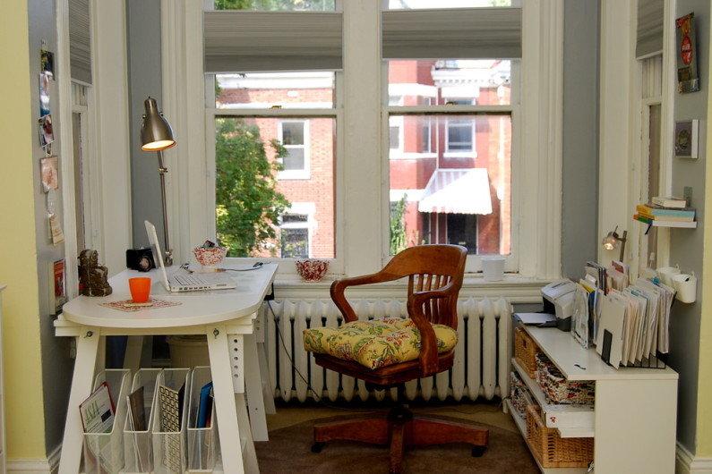 Для продуктивной работы в офисе обязательна эргономичная мебель, но если вы работаете на дому, то условия к столу и стулу предъявляются те же