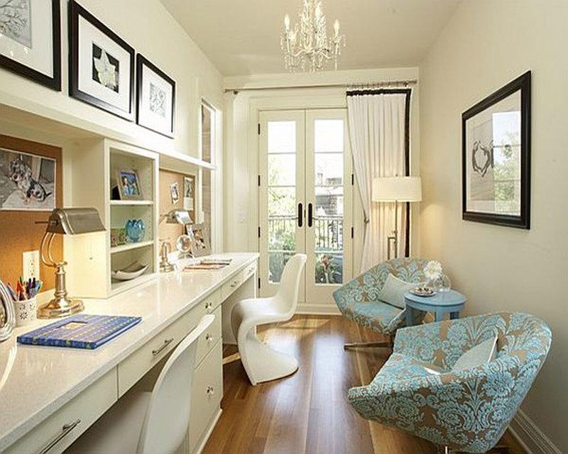 Интерьер для домашнего кабинета, настольная лампа, огромное окно и роскошная люстра