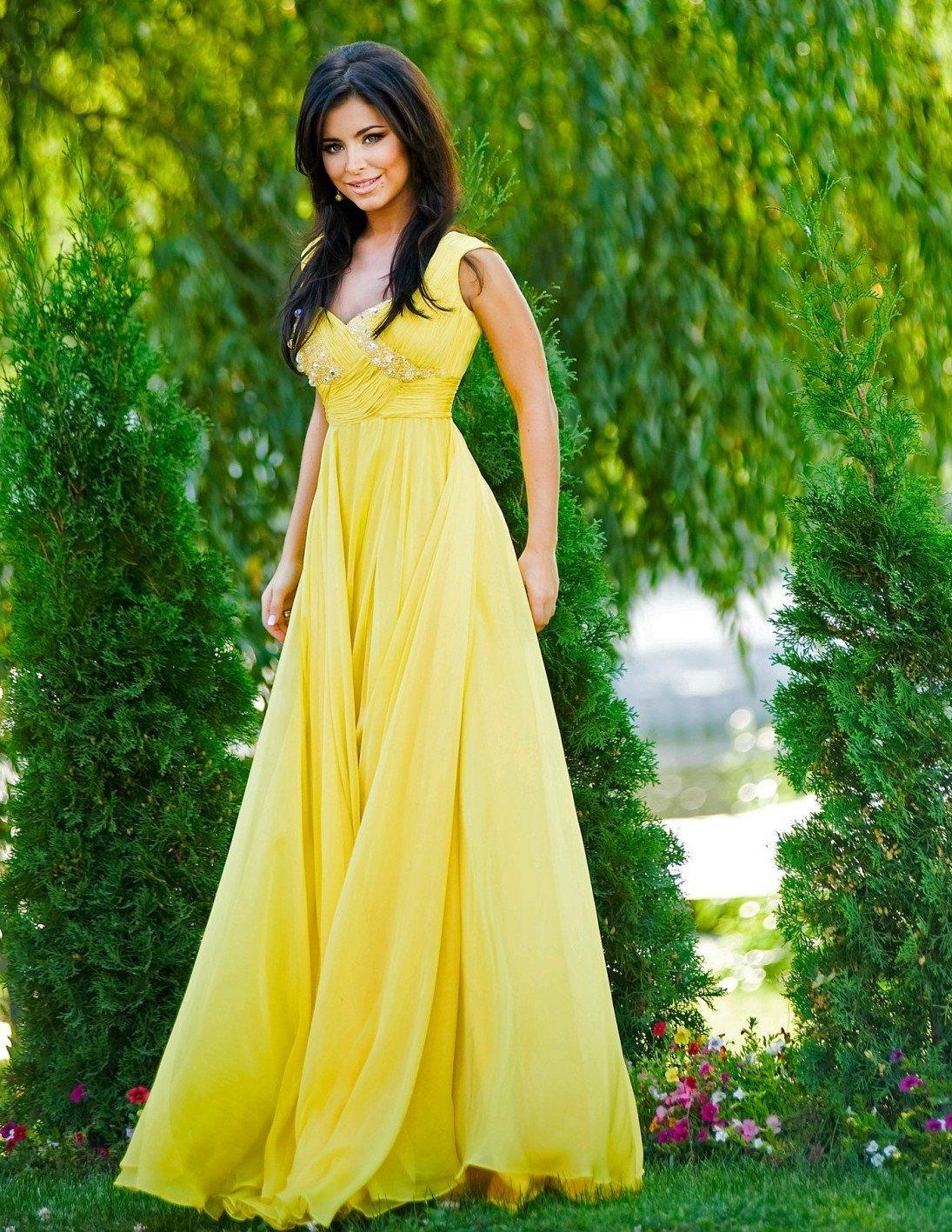 очень красивая девушка в желтом платье - 2