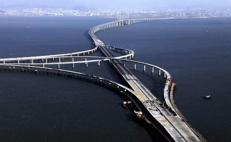 Китай.Самый длинный мост над водной гладью.