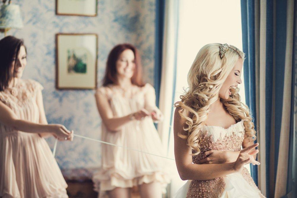 подружки наряжают невесту