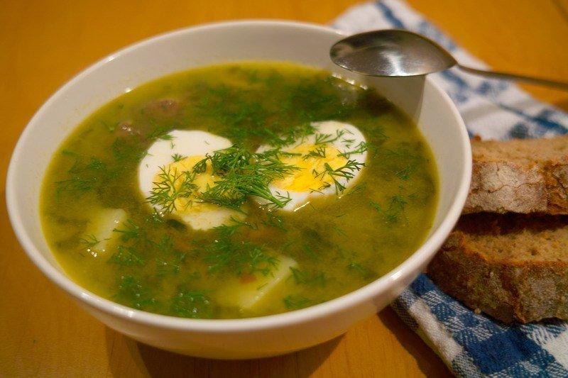 От зеленых щей этот суп отличается тем, что он чуть более сытный — варю на мясном бульоне (индейка) с добавлением пассерованных овощей.