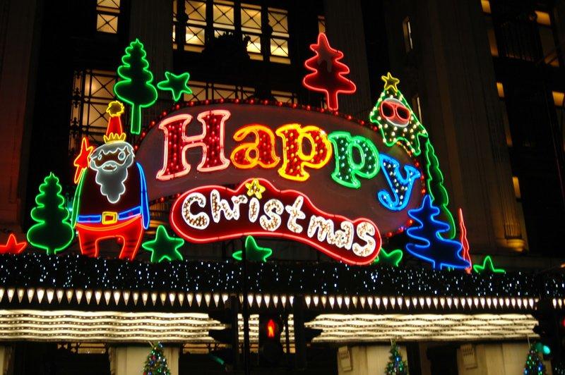В предчувствии приближения Нового года и Рождества Лондон преображается тысячами гирлянд, витрины магазинов украшены тематическими экспозициями, а на Трафальгарской площади по традиции устанавливают роскошную елку.