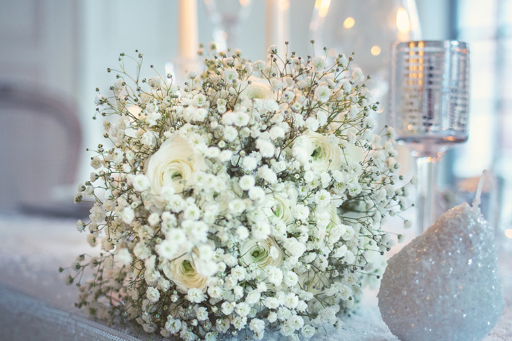 Невесты, маленькие беленькие цветочки в букетах