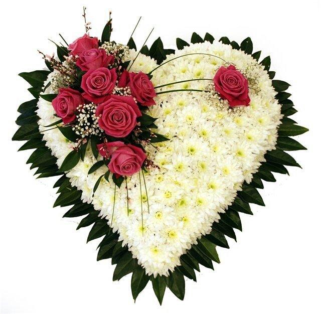 Букет для любимой в виде сердца из хризантемы, цветов эстонии воронеж
