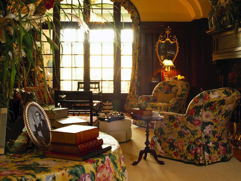 Декор окна текстилем, обивка мебели, скатерть выполнены одинаковой тканью