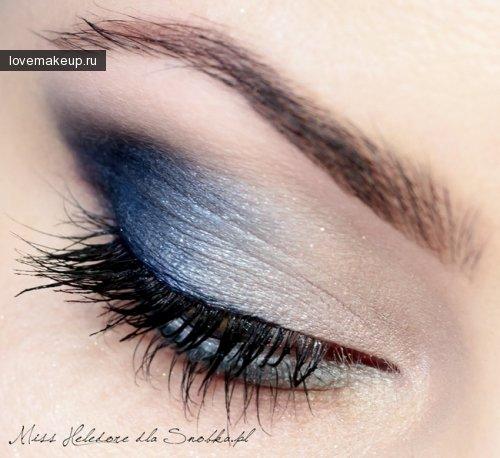 Трендовые цвета — макияж в голубых тонах.