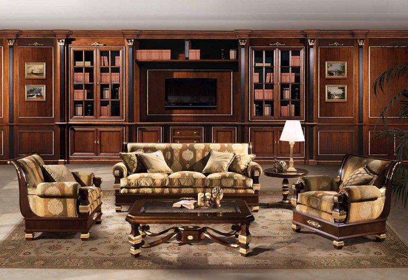 в стиле ампир для отделки стен часто используются ткани со сдержанным орнаментом. Цвет ткани подобран в тон обивки мебели. Завершенный вид интерьер приобретает благодаря позолоченному фризу.