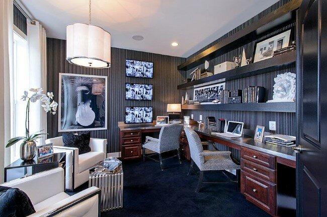 рабочая с двумя письменными столами и мягкими стульями и зона отдыха с журнальным столиком и белыми креслами.
