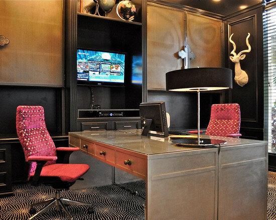 Для домашнего кабинета можно использовать светильники, декорированные деревом и тканевыми абажурами.