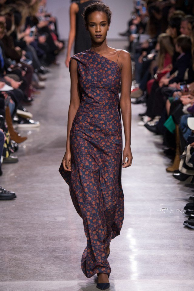 Показ мод длинное платье