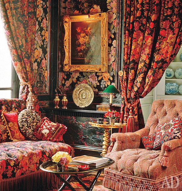 """Эпоха королевы Виктории была ознаменована увлечением классикой и этникой одновременно. Это привело к созданию весьма эклектичного стиля. Викторианская гостиная представляла собой комнату с гардинами из плотного гобелена, на стенах – шелковые панели с рисунком из крупных роз, мебель обита тканью в """"индийских огурцах""""."""