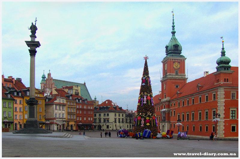 Как нельзя лучше Замковую площадь украшают разноцветные домики. Они выглядят как игрушечные. На Новогодние праздники, на площади устанавливают красавицу елку.