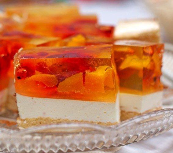 Торт желе-безе с ягодами