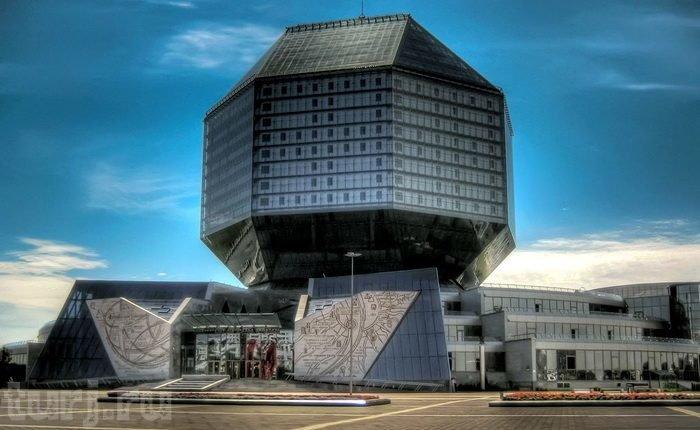 Библиотека эта не простая — это действительно «кристалл знаний». Дело в том, что форма здания Национальной библиотеки — стеклянный алмаз.