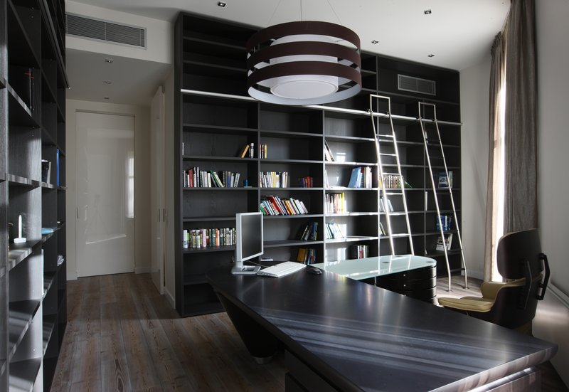 Кабинет в современном стиле. Черная мебель ,светлые стены