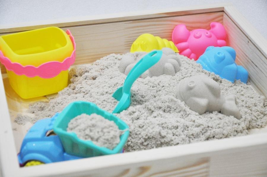 Кинетический песок в песочнице с формочкоми
