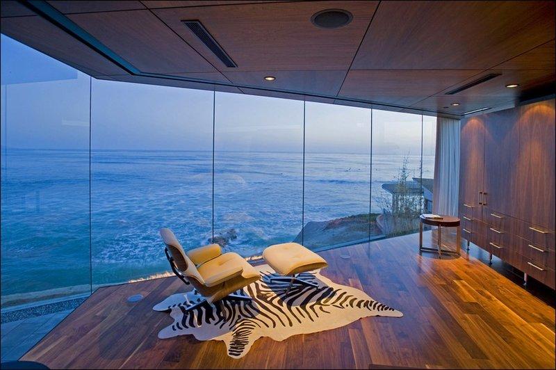 Этот стеклянный дом находится на берегу Тихого океана прямо на краю обрыва.