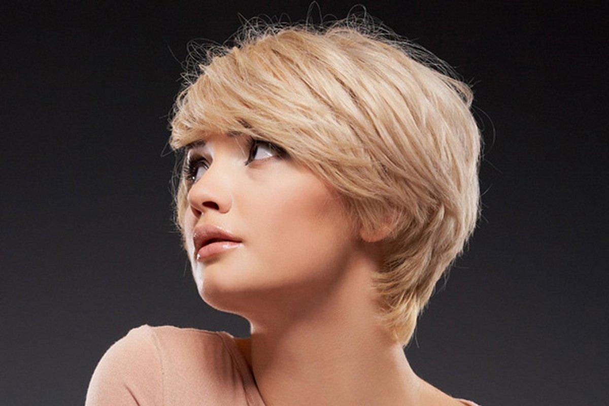 Действительно уникальную и интересную стрижку могут сделать вам профессионалы с помощью машинки, речь идет о стрижке с выбриванием рисунка на коротких волосах.
