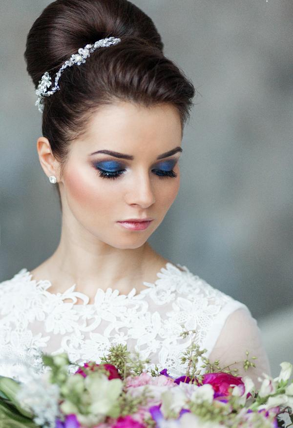 Свадебная  прическа с украшениями и макияжем.