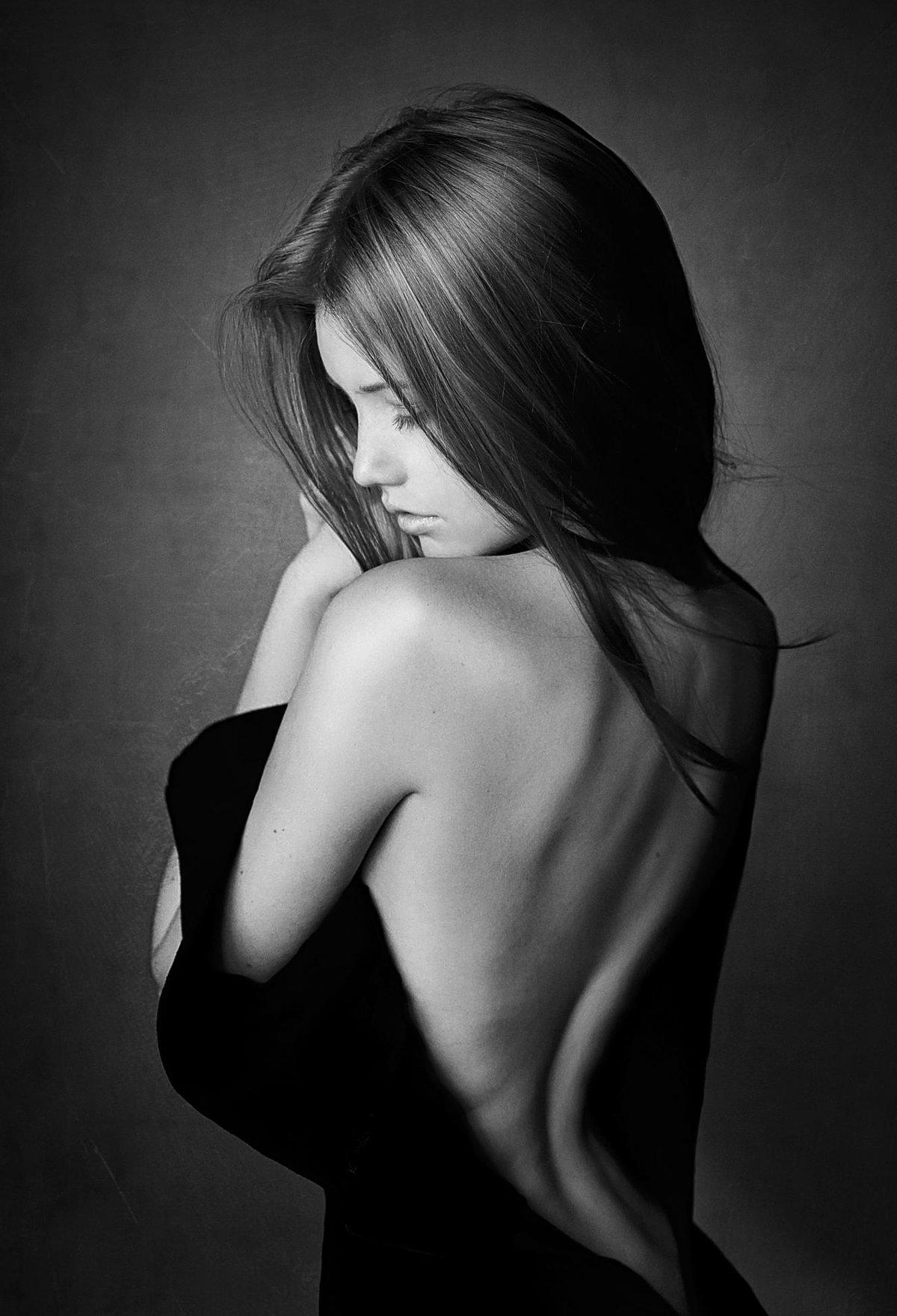 Черно-белые фото девушек в пол оборота — img 2