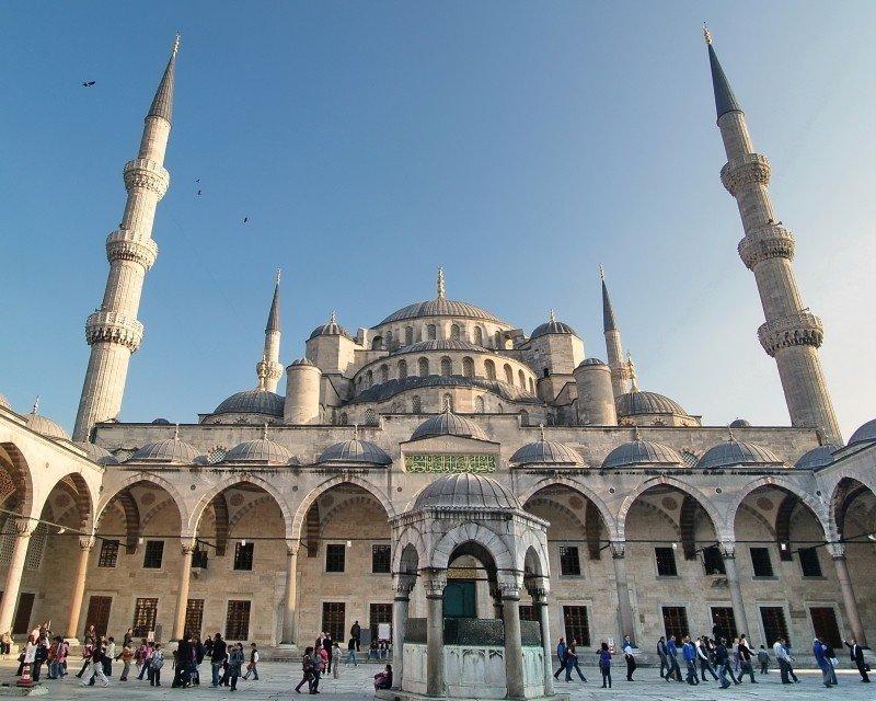 Голубая мечеть или мечеть Султана Ахмета, расположенная напротив Айя-Софии и Ипподрома, считается важнейшей городской мечетью.