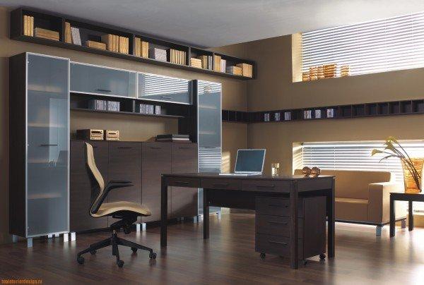 Специалисты достаточно настойчиво рекомендуют обустраивать личный кабинет в той части жилища, где есть большие окна. Комната должна быть очень хорошо освещена солнечным светом.