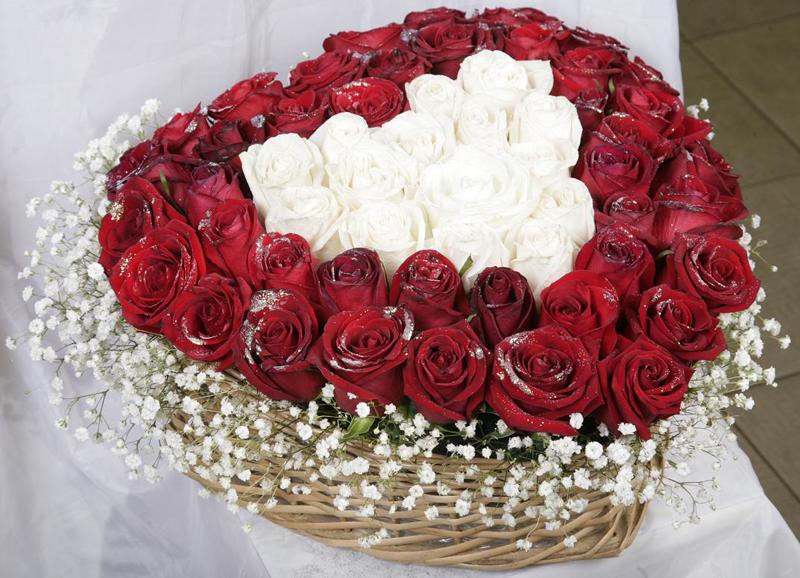 одна картинка букет роз с женским образом десерт тирамису можно