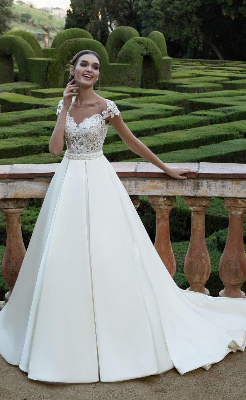 1e44b59317c Классическое свадебное платье с кружевным корсетом и юбкой из плотного  атласа со шлейфом.