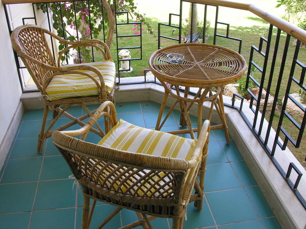 Плетеный стол и стулья на балкон недорого.