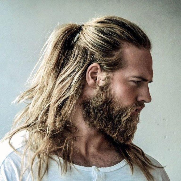 У мужчины длинные волосы во сне