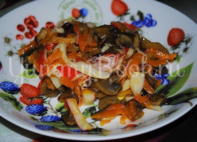Крабовый салат занимает почетное место на праздничном столе.