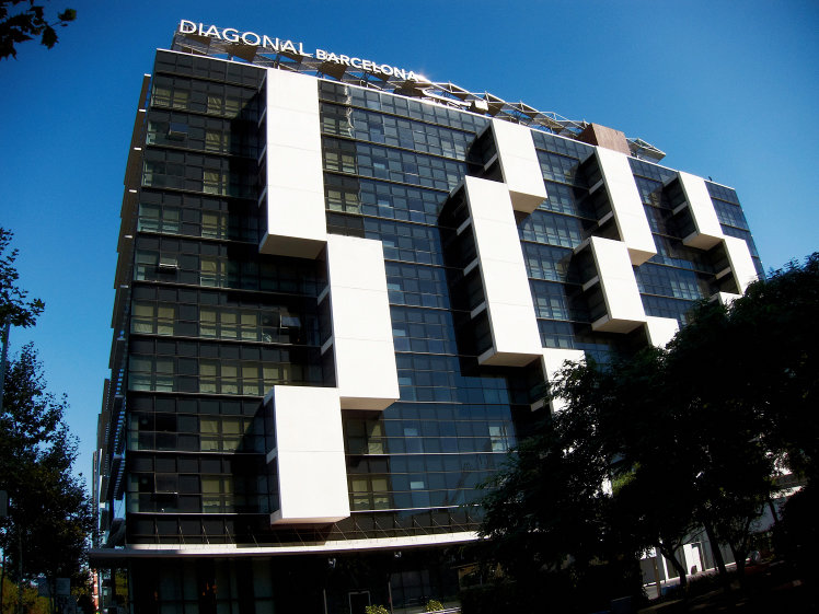 Барселона. Часть 1. Современная архитектура: aspmaster Интересное сооружение: одна стена в классическом стиле, а боковая стена в современном )):
