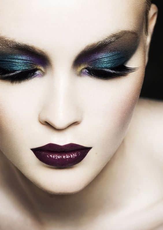 Новым витком в развития искусства визажа стало такое понятие, как арт-макияж. Это один из способов нанесения макияжа, который подразумевает под собой создание определенного образа с помощью ярких оттенков.