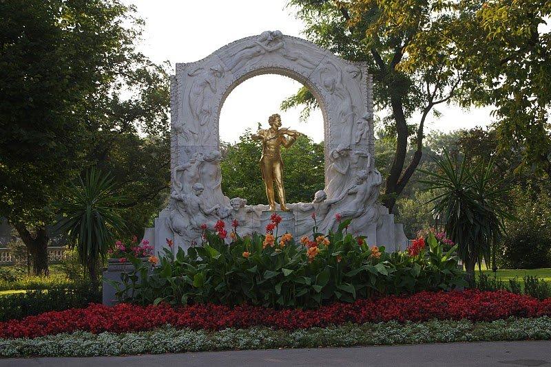 Памятник Штраусу в Вене