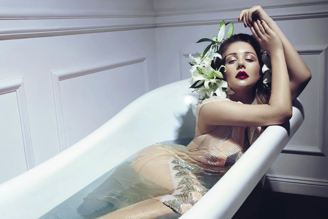 Фото в ванной в белье, Очаровательные девушки в ванной комнате и душе 7 фотография