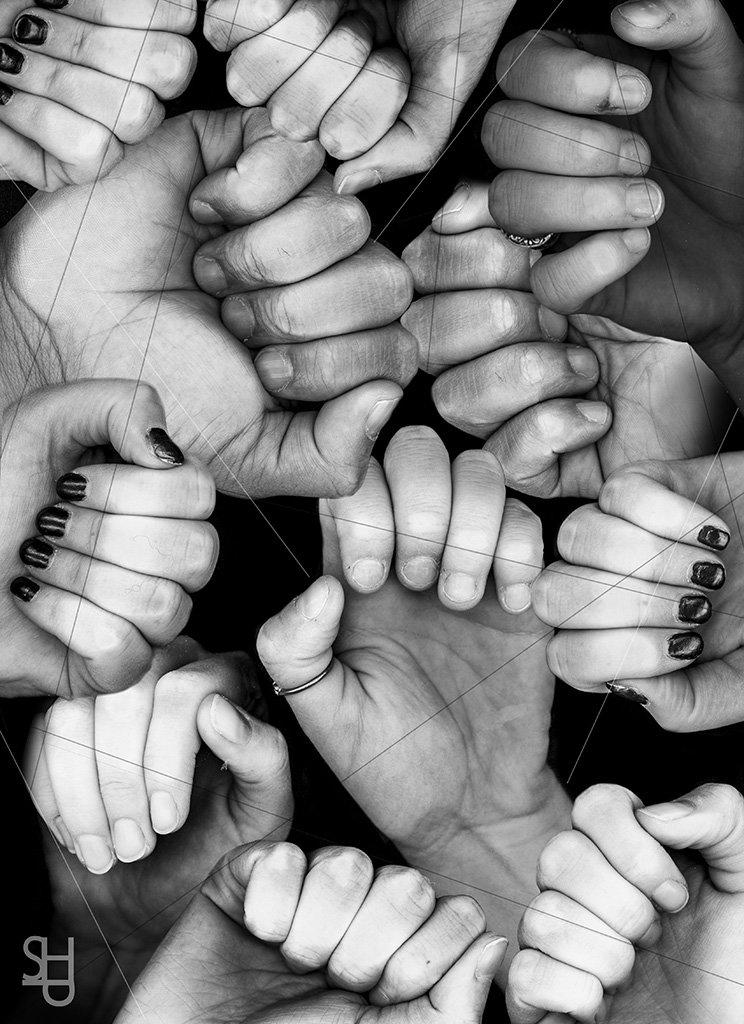 Красивая картинка много руками