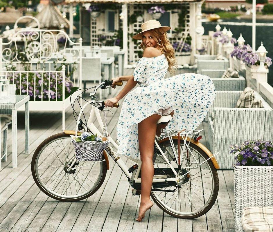 Картинка француженка на велосипеде