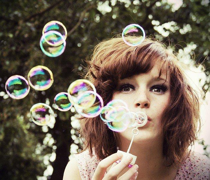 Девушка с мыльными пузырями картинка, для мобильного анимация