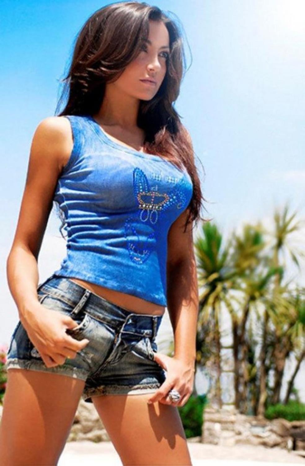 Женщина в джинсовой юбке с большой грудью фото, трахал ее что та бурно кончала струей раз за разом