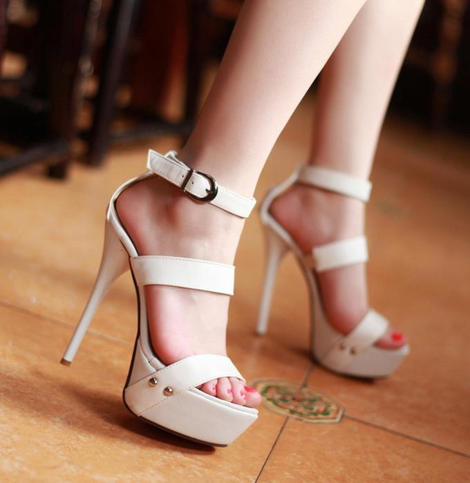 картинки босоножки на каблуке на ноге обитают