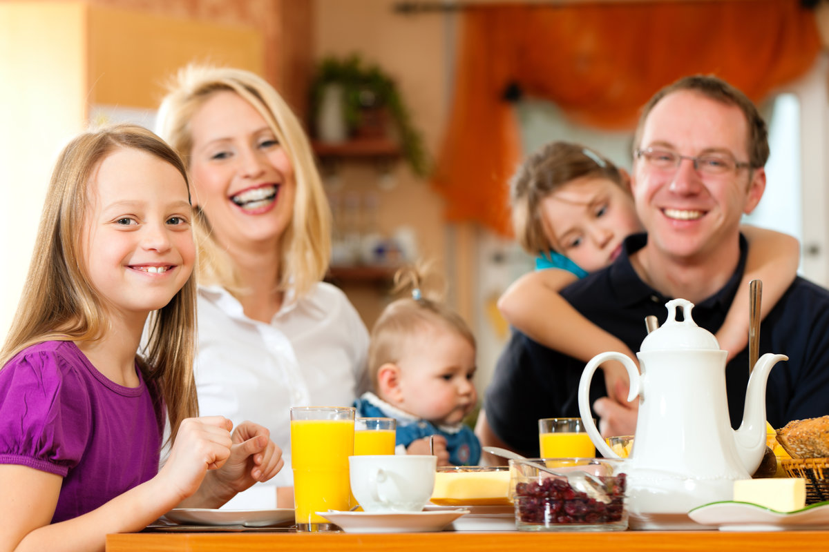 family eating breakfast - 900×600
