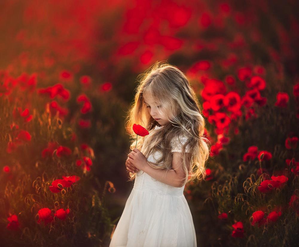 Картинки девочка с цветами, гифы марта