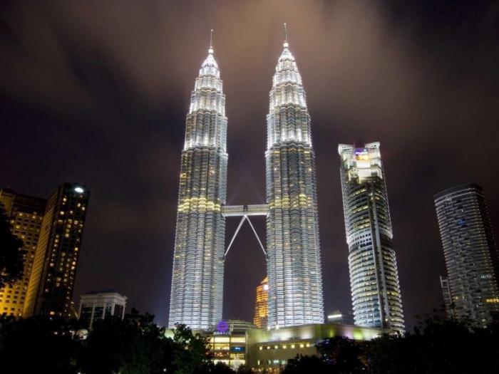 Башни Петронас наÑодятся в столице Малайзии городе Куала-Лумпуре