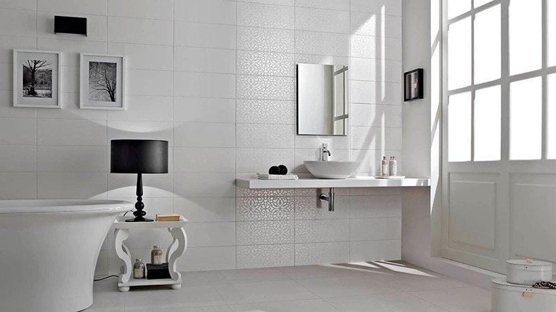 белая ванная комната оригинальный дизайн в интерьере ванной комнаты