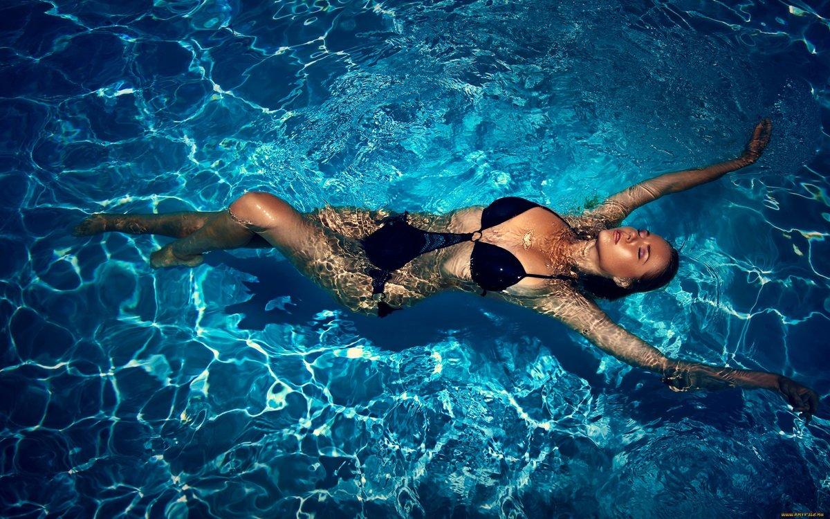 В бассейне онлайн
